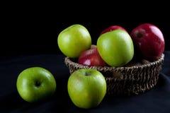Καλάθι φρούτων της Apple στο μαύρο υπόβαθρο Στοκ εικόνα με δικαίωμα ελεύθερης χρήσης