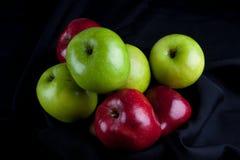 Καλάθι φρούτων της Apple στο μαύρο υπόβαθρο Στοκ Εικόνες
