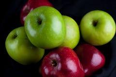 Καλάθι φρούτων της Apple στο μαύρο υπόβαθρο Στοκ φωτογραφία με δικαίωμα ελεύθερης χρήσης
