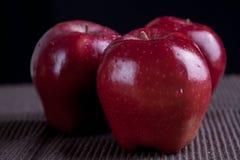 Καλάθι φρούτων της Apple στο μαύρο υπόβαθρο Στοκ Εικόνα