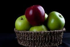 Καλάθι φρούτων της Apple στο μαύρο υπόβαθρο Στοκ φωτογραφίες με δικαίωμα ελεύθερης χρήσης