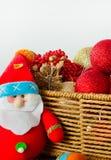 Καλάθι Χριστουγέννων με τις σφαίρες και το παιχνίδι Άγιου Βασίλη Στοκ εικόνα με δικαίωμα ελεύθερης χρήσης