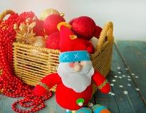 Καλάθι Χριστουγέννων με τις σφαίρες και το παιχνίδι Άγιου Βασίλη Στοκ Εικόνα
