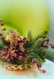 Καλάθι Χριστουγέννων με τους κώνους, τους κλάδους και τα μούρα τοποθετήστε το κείμενο κάρτα στοκ εικόνες