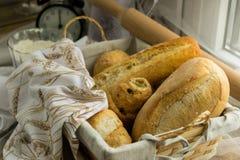 Καλάθι ψωμιού που διακοσμείται με ένα ύφασμα, στο πίσω μέρος της κυλώντας καρφίτσας στοκ φωτογραφία με δικαίωμα ελεύθερης χρήσης
