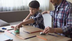 Καλά αυτοκίνητα παιχνιδιών παιχνιδιού πατέρων με το μικρό γιο του, γονική προσοχή, ενότητα φιλμ μικρού μήκους