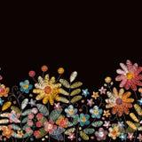 Καλά λουλούδια κεντητικής Άνευ ραφής κεντημένα σύνορα με τα χορτάρια, τα μούρα και τα wildflowers απεικόνιση αποθεμάτων