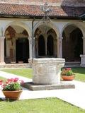 Καλά μέσα σε ένα μοναστήρι στην αρχαία φραντσησθανή μονή σε Ital Στοκ Φωτογραφία