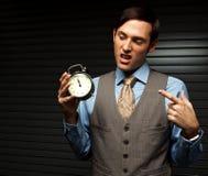 Καλά ντυμένο άτομο που κρατά ένα ρολόι Στοκ εικόνες με δικαίωμα ελεύθερης χρήσης
