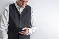 Καλά ντυμένο ατόμων στο έξυπνο τηλέφωνό του στοκ εικόνες με δικαίωμα ελεύθερης χρήσης