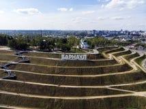 """Καλά-προγραμματισμένη περιοχή περπατήματος στο λόφο με τις επιστολές που εξηγούν ένα ρωσικό όνομα πόλεων \ """"s στην κορυφή Μια άπο στοκ εικόνα"""