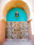 Καλά συντηρημένη παλαιά μαροκινή πόρτα με το ζωηρόχρωμο παραδοσιακό τοπικό LAN Στοκ εικόνα με δικαίωμα ελεύθερης χρήσης