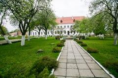 Καλά-συντηρημένο παλαιό κτήριο με τον κήπο και πράσινη αλέα στο Dubno Στοκ Φωτογραφία