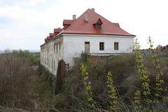 Καλά-συντηρημένο παλαιό κτήριο με τον κήπο και πράσινη αλέα στο Dubno Στοκ Εικόνες