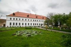 Καλά-συντηρημένο παλαιό κτήριο με τον κήπο και πράσινη αλέα στο Dubno Στοκ εικόνα με δικαίωμα ελεύθερης χρήσης