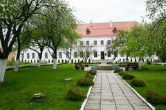 Καλά-συντηρημένο παλαιό κτήριο με τον κήπο και πράσινη αλέα στο Dubno Castle στην Ουκρανία Στοκ Εικόνες