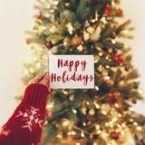 Καλές διακοπές κείμενο, χαιρετισμοί εποχών, κάρτα χεριών στο υπόβαθρο στοκ εικόνες