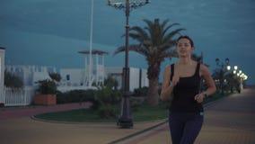 Καλή γυναίκα που τρέχει στην ακτή φιλμ μικρού μήκους