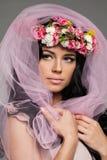 Καλή γυναίκα Brunette με τα λουλούδια Στοκ Εικόνες