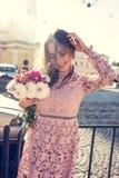 Καλή γυναίκα brunette με την κυματίζοντας τρίχα στο έντονο φως αέρα και ήλιων Στοκ φωτογραφία με δικαίωμα ελεύθερης χρήσης