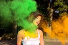 Καλή γυναίκα brunette με τη σύντομη τοποθέτηση τρίχας με το gree ανατίναξης Στοκ Φωτογραφίες