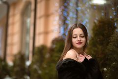 Καλή γυναίκα brunette με τις ιδιαίτερες προσοχές, που φορούν το παλτό γουνών, τοποθέτηση Στοκ Εικόνα