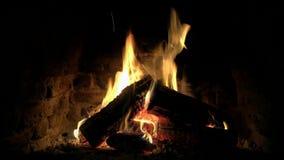 Καλή ζαλίζοντας άνετη στενή επάνω 4k άποψη βρόχων σχετικά με το ξύλινο κάψιμο φλογών πυρκαγιάς αργά στην ήρεμη ατμόσφαιρα κούτσου απόθεμα βίντεο