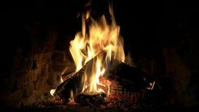 Καλή θαυμάσια άνετη στενή επάνω 4k άποψη βρόχων σχετικά με το ξύλινο κάψιμο φλογών πυρκαγιάς αργά στην ήρεμη ατμόσφαιρα κούτσουρω φιλμ μικρού μήκους