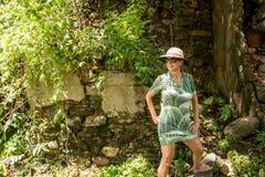 Καλή κυρία στην πράσινη στάση σε έναν βράχο στοκ φωτογραφία με δικαίωμα ελεύθερης χρήσης