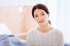 Καλή νέα μητέρα που περιμένει την κόρη της Στοκ Εικόνες