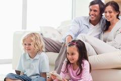 Καλή οικογένεια που προσέχει έναν κινηματογράφο Στοκ Εικόνες