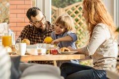 Καλή οικογένεια που τρώει το πρόγευμα Στοκ φωτογραφίες με δικαίωμα ελεύθερης χρήσης