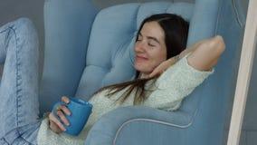 Καλή περιστασιακή γυναίκα που απολαμβάνει το φρέσκο καφέ στο σπίτι απόθεμα βίντεο