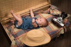Καλή πρόσκρουση μωρών Οικογένεια Φροντίδα των παιδιών η ανασκόπηση μωρών απομόνωσε λίγα πέρα από τη σειρά χαμογελά το γλυκό λευκό στοκ εικόνες