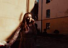 Καλή πρότυπη τοποθέτηση brunette στο προαύλιο με τη σκιά σε την Στοκ εικόνες με δικαίωμα ελεύθερης χρήσης