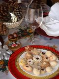 Καλή στενή επάνω εικόνα των μπισκότων Χριστουγέννων σε ένα πιάτο σε έναν πίνακα στοκ φωτογραφία με δικαίωμα ελεύθερης χρήσης
