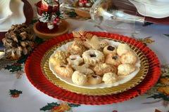 Καλή στενή επάνω εικόνα των μπισκότων Χριστουγέννων σε ένα πιάτο σε έναν πίνακα στοκ εικόνες