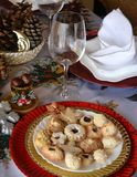 Καλή στενή επάνω εικόνα των μπισκότων Χριστουγέννων σε ένα πιάτο σε έναν πίνακα Στοκ Φωτογραφίες