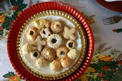 Καλή στενή επάνω εικόνα των μπισκότων Χριστουγέννων σε ένα πιάτο σε έναν πίνακα στοκ εικόνες με δικαίωμα ελεύθερης χρήσης