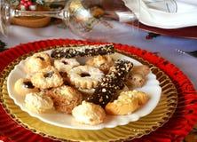 Καλή στενή επάνω εικόνα των μπισκότων Χριστουγέννων σε ένα πιάτο σε έναν πίνακα στοκ εικόνα