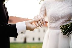 Καλή στιγμή του νέου ζεύγους στη ημέρα γάμου στοκ εικόνα