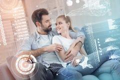 Καλή χαλάρωση ζευγών στον καναπέ και αγκάλιασμα Στοκ Εικόνες