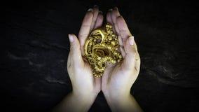 Καλή χρονιά, δίνει στο δώρο το χρυσό κόσμημα στα γυναικείες χέρια, το εξάρτημα και τη μόδα στοκ εικόνα με δικαίωμα ελεύθερης χρήσης