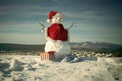 Καλή χρονιά με το χιονάνθρωπο Ευτυχές ζεύγος Snowmans Εορτασμός Snowmans Χιονάνθρωπος στο κόκκινο καπέλο Άγιου Βασίλη Στοκ Φωτογραφίες