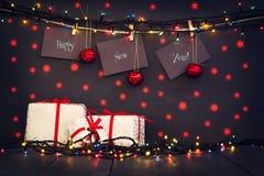 Καλή χρονιά σε χαρτί με ένα clothespin, που κρεμά σε ένα σχοινί σε ένα σκοτεινό ξύλινο υπόβαθρο Ευχετήρια κάρτα με ευτυχή έναν νέ Στοκ φωτογραφίες με δικαίωμα ελεύθερης χρήσης