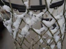 Καλαθοσφαίριση καθαρή κάτω από το χιόνι στη γαλλική επαρχία στοκ εικόνες με δικαίωμα ελεύθερης χρήσης