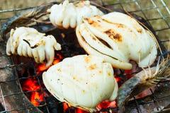 Καλαμάρια και γαρίδες που ψήνονται στη σχάρα στο φούρνο ξυλάνθρακα Στοκ Φωτογραφία