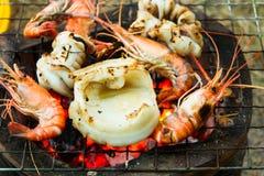 Καλαμάρια και γαρίδες που ψήνονται στη σχάρα στο φούρνο ξυλάνθρακα Στοκ φωτογραφία με δικαίωμα ελεύθερης χρήσης