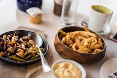 Καλαμάρι, πιπέρι κουδουνιών & κρεμμύδια που εξυπηρετούνται σε ένα sizzling πιάτο Στοκ φωτογραφίες με δικαίωμα ελεύθερης χρήσης