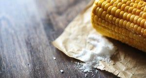 καλαμπόκι φρέσκο Φυσικά τρόφιμα από το σπάδικα καλαμποκιού με το αλάτι Αγροτικός μεξικανός Στοκ Εικόνες